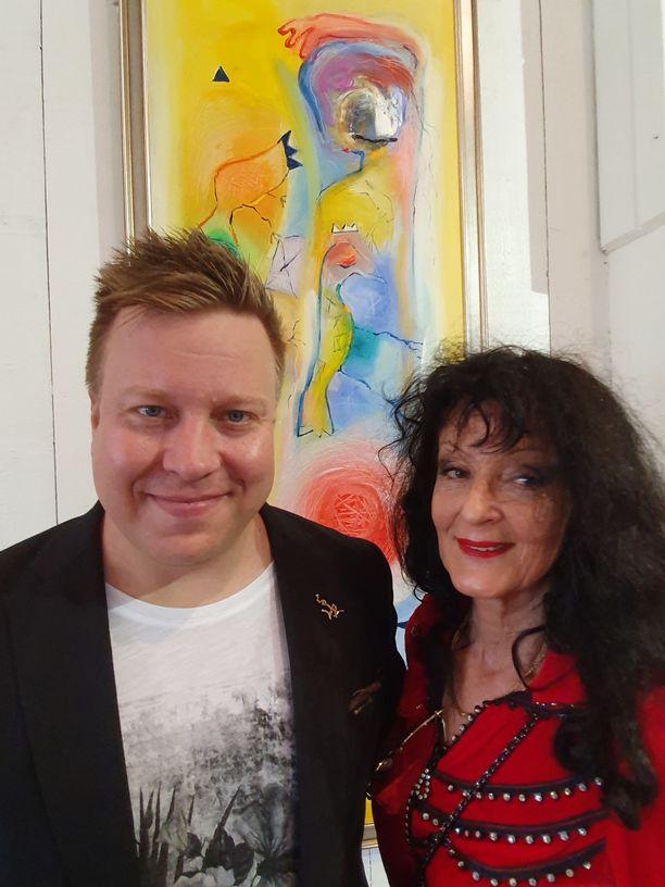 Markus Salo esiintyi lauantaina kuvataiteilija Soile Yli-Mäyryn taidetalossa Kuortaneella.