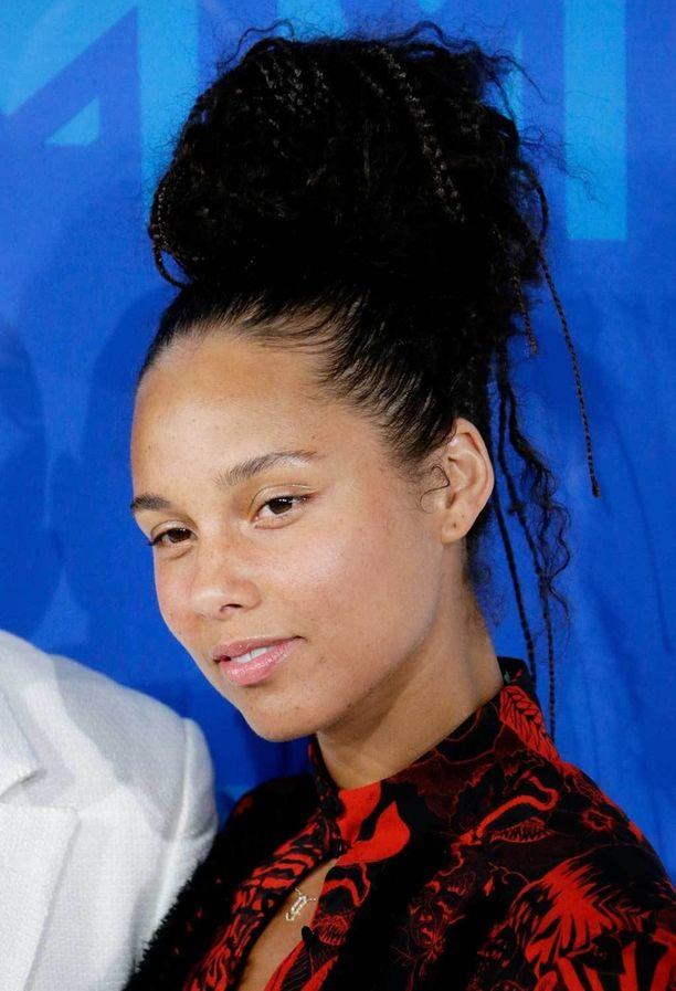 Alicia Keys vannoo meikittömyyden nimiin, ja tähti ihastutti gaalassa täydellisellä ihollaan.