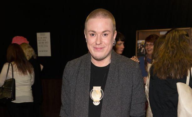 Syksyn sävel- voittajanakin muistettu laulaja Jesse Kaikuranta saapui Savoy-teatteriin katsomaan myös itsestään tehtyä drag-hahmoa.
