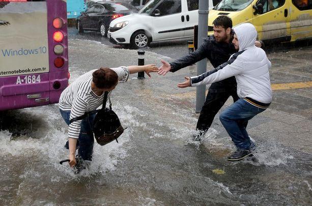 Jalankulkijat ovat auttaneet toisiaan veden vallattua kaupungin.