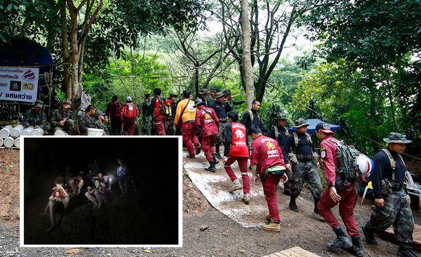 Thaimaassa mietitään kuumeisesti strategioita, joilla loukkuun jäänyt jalkapallojoukkue valmentajineen voidaan pelastaa.