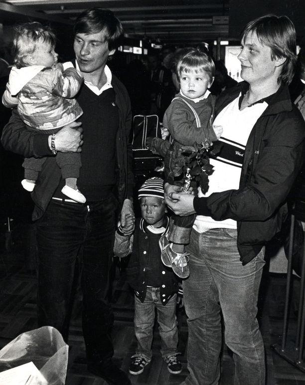 """Jo edesmennyt Tony Arima (oik.) oli Matti Hagmanin ketjukaveri ja hyvä ystävä. """"Hakin"""" sylissä tytär Janica ja vieressä poika Niklas. Ariman sylissä tytär Hanna. Kuva on keväältä 1983."""
