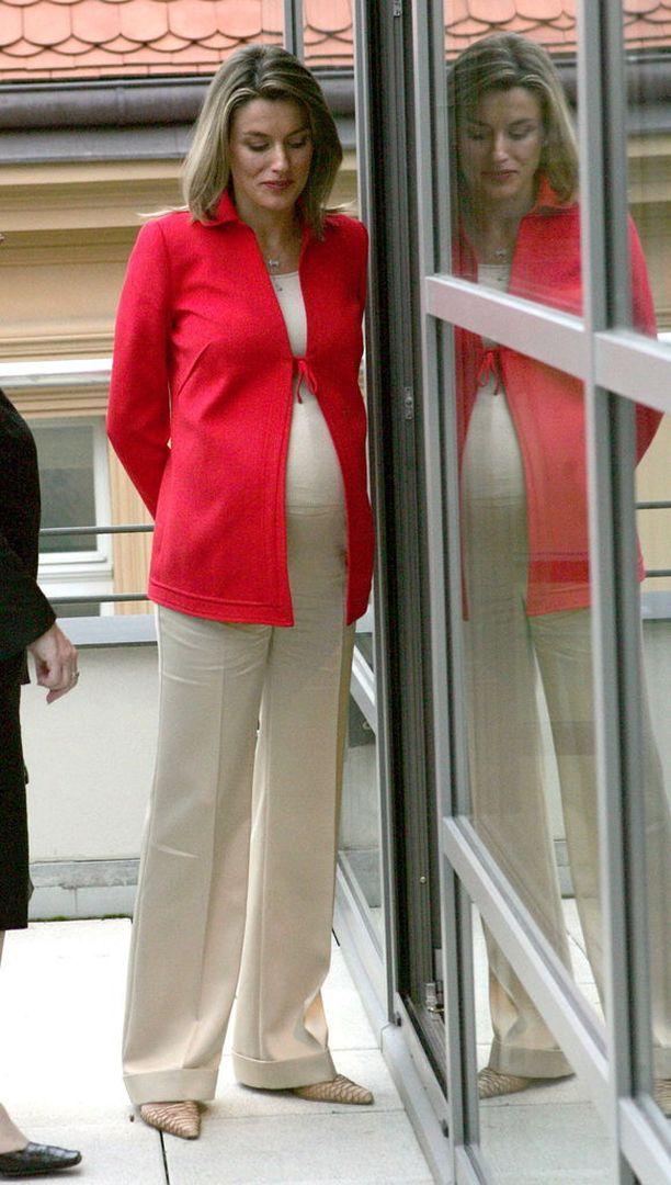 Espanjan kuningatar Letizia edusti vuonna 2005 väljissä suorissa housuissa, topissa sekä mukavassa bleiserissä.