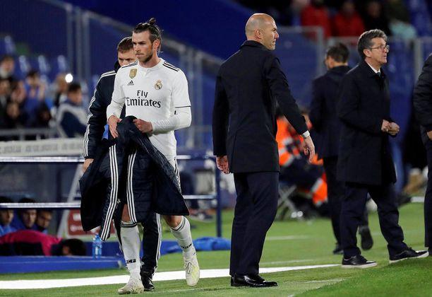 Vuodesta 2013 Real Madridia edustanut Gareth Bale (valkoisessa) ei enää mahdu Zinedine Zidanen (keskellä) joukkueeseen.