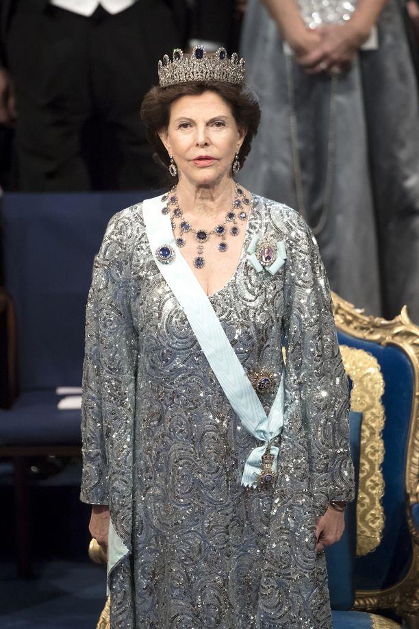 Kuningatar Silvia hallitsi hillityn mutta muodikkaan kimaltelevan pukeutumisen.