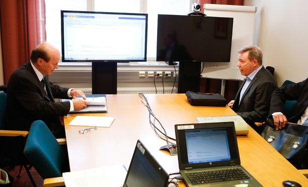 Asianajaja Markku Lehtola (vas.) on Ilves Edustus oy:n edustaja käräjillä Keke Armstrongia vastaan.