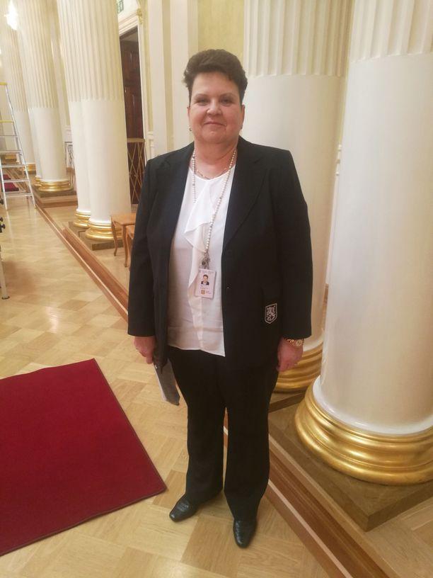 Palveluesimies Seija Suominen vastaa itsenäisyyspäivän vastaanoton koristeluista.