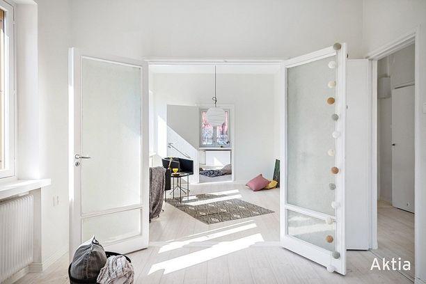 Päätyhuoneisto muuntuu avaraksi pariskunnan asunnoksi tai jopa kahden makuuhuoneen perheasunnoksi.
