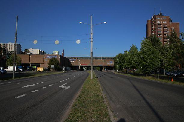 Varissuon liikekeskus sijaitsee noin seitsemän kilometrin päässä Turun keskustasta. Arki-iltana siellä on hiljaista.