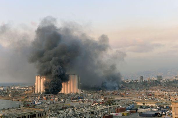 Sankka savupilvi täytti taivaan Beirutin satamassa.