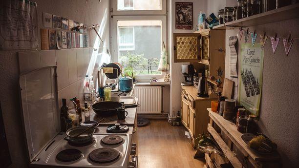 Keittiö saa näyttää tältäkin, jos se miellyttää kodissa asuvia. Kaikkien ei tarvitse hurahtaa minimalismiin.