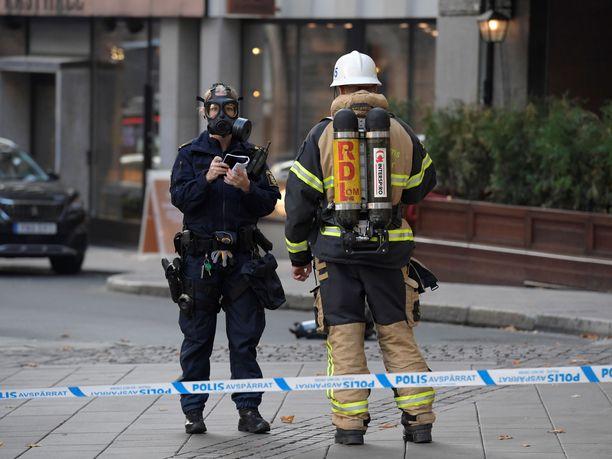 Poliisi ja pelastushenkilökunta työskentelivät jauhekirjeen saaneen yrityksen tiloissa.