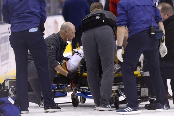 Erik Haula nostettiin paareille ja vietiin pois kaukalosta.