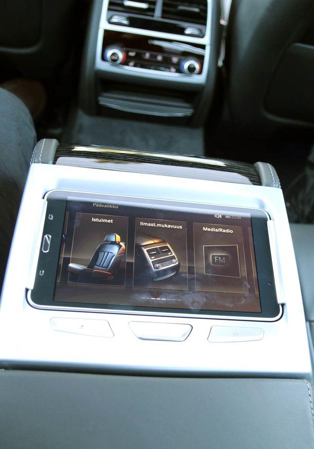 Takamatkustajat voivat säädellä mukavuustoimintoja näyttöpaneelilla.