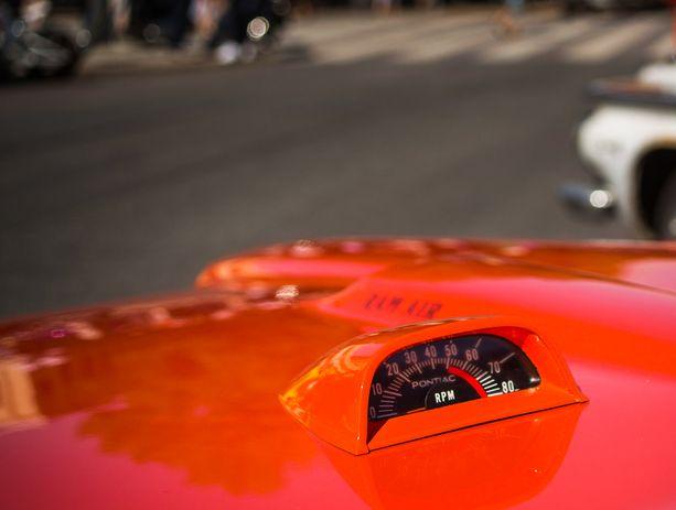 Pontiac GTO:n konepellin kierroslukumittari on hyvin kuljettajan näkökentässä.