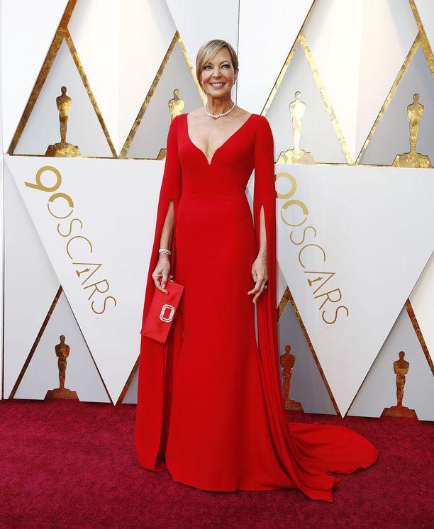 Parhaan naissivuosan Oscar-ehdokkaana oleva Allison Janney edusti värikkäästi punaisessa.