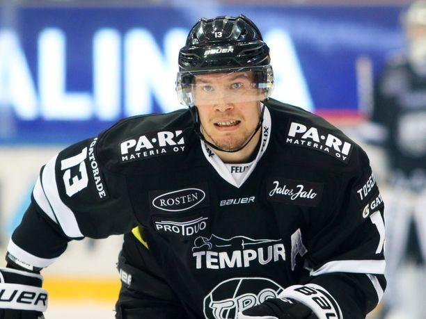 Petteri Wirtanen puttasi kiekon omiin.
