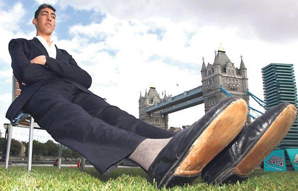 Guinnessin ennätysten kirjan uusimman painoksen mukaan maailman pisin ihminen on nyt 26-vuotias turkkilainen Sultan Kosen. Pituutta miehelle on kertynyt kunnioitettavat 2,47 metriä.