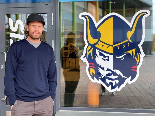 Kritiikki ja ilkeät huhut eivät vie Olli Jokisen yöunia. NHL-legenda lähtee innoissaan valmentamaan Jukureita.