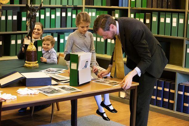 Vanhat kuvat ja esineet kiinnostivat pikkukuninkaallisia.