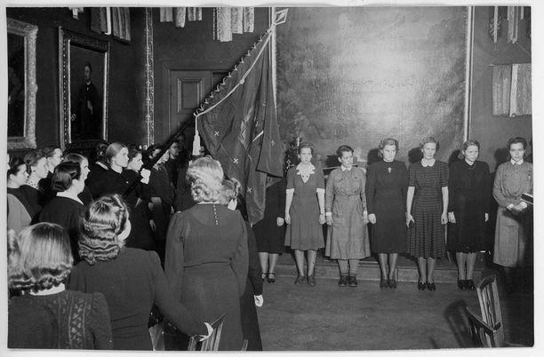 Akateemisten Naisten Karjala-Seuran 20-vuotisjuhlaa vietettiin lokakuussa 1942. Juhla alkoi valatilaisuudella, minkä aikana 9 koejäsentä antoi lupauksen.