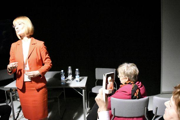Samaan aikaan järjestetty Tytti Tuppuraisen kannattajatilaisuus keräsi kolmisenkymmentä kuuntelijaa. Eturivissä istui europarlamentaarikko Liisa Jaakonsaari.
