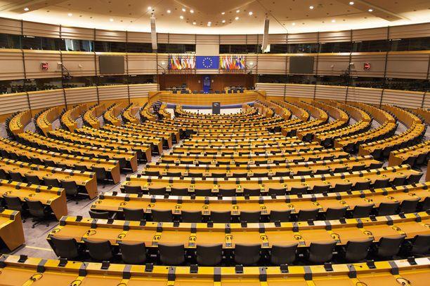 687 meppiä osallistui paikan päällä ensimmäiseen äänestykseen kiireellisen menettelytavan hyväksymiseen.