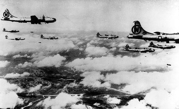 USA:n pommikonelaivueet pudottivat pommeja, napalmia ja kemiallisia aseita Pohjois-Koreaan.