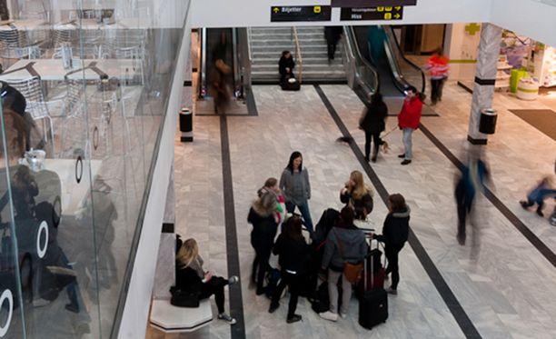 Ruotsalaismies oli kerjäämässä rahaa bussilipuun Upsalan matkakeskuksessa.