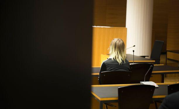 Koulusurman valmistelusta syytetty nainen Helsingin käräjäoikeudessa marraskuun alussa.