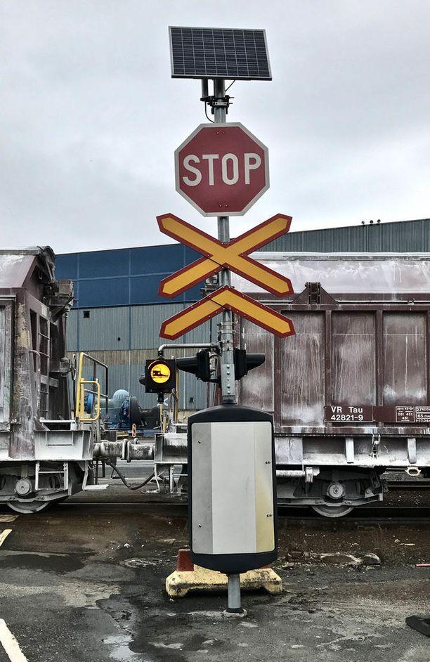 Suomalaiskeksinnössä luodaan langaton yhteys junan ja risteyksen välillä. Vilkkuva valo, jossa on junan kuva, varoittaa. Tämän järjestelmän etuna on sen edullisuus.