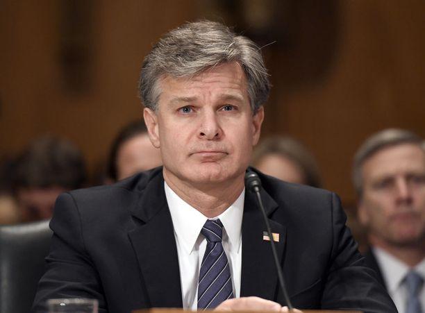 FBI-johtaja Christopher Wrayn mielestä puhelimien salaaminen on lainvalvonnalle merkittävä ongelma rikosten selvittämisen kannalta.