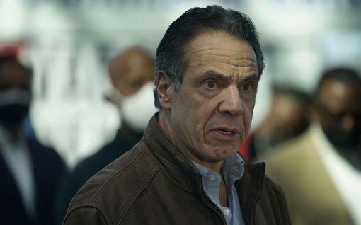 Paine New Yorkin kuvernööriä kohtaan kasvaa – nyt eroa vaatii senaatin demokraattijohtaja