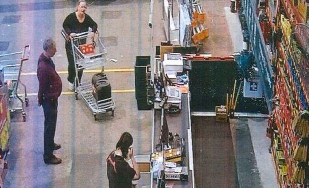 Naiset tallentuivat kaupassa valvontakameralle, kun he olivat ostamassa murhaa edeltävänä päivänä tarvikkeita, muun muassa happoa.