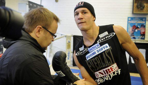 Pekka Mäki (vas.) antaa Amin Asikaisen pohtia rauhassa uran jatkoa.