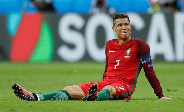 Cristiano Ronaldo loukkaantui EM-finaalin ensimmäisellä puoliajalla ja joutui jättämään kentän kyyneleet silmissä.