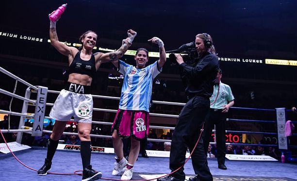 Voittajaksi julistettu Eva Wahlström nosti vastustajansa käden ilmaan ottelun jälkeen.