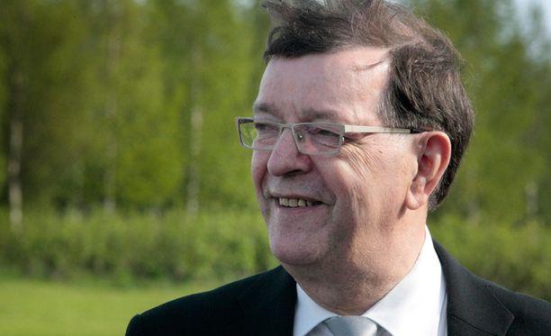 Paavo Väyrynen rahoittaa eurovaalikampanjansa myymällä kirjoja, mukeja ja lohikoruja.