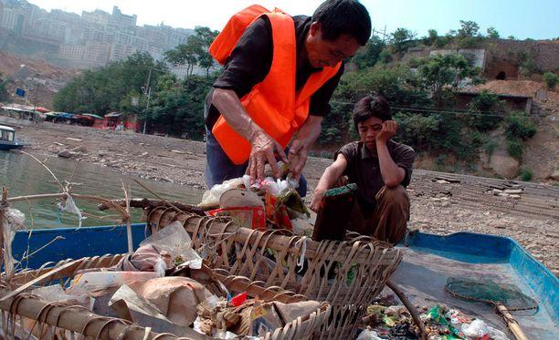 Roskien korjaamista Jangtse-joella. Vesistöjen roskaantuminen on iso ongelma.