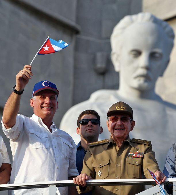 Kuuban kansalliskokous valitsi uudeksi presidentiksi 57-vuotiaan Miguel Diaz-Canelin, joka on toiminut aikaisemmin maan varapresidenttinä. Diaz-Canel otti vallan Kuubassa Castrojen vuosikymmenten jälkeen. Raul Castro, 86, hallitsi maata vuodesta 2008 lähtien. Kuvassa Migue Diaz-Canel ja Raul Castro tervehtivät kansaa työläisten päivänä 1. toukokuuta Havannassa.
