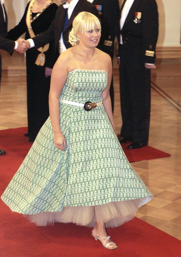 Paola Suhonen juhli Linnassa 2004 suunnittelemassaan Rouva-kuosisessa samettisessa iltapuvussa.