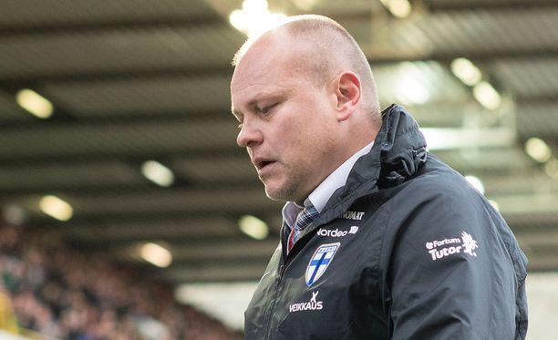 Suomen jalkapallomaajoukkueen fanit eivät enää luota tähän mieheen.