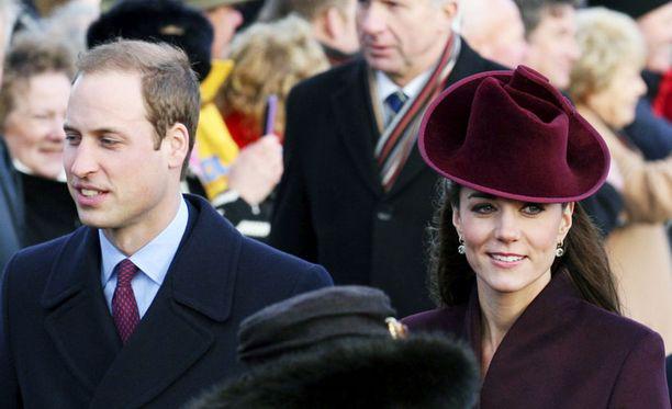 Vuoden 2011 lopulla herttuatar Catherine on kuin vanha tekijä: vaikka joulu Sandringhamissa kuningatar Elisabetin vieraana alun perin kauhistutti, Kate selviää hovin tiukoista jouluprotokollista kunnialla. Uudenvuodenaaton William ja Kate viettävät Middletonien takapihalle pystytetyssä saamelaiskodassa.