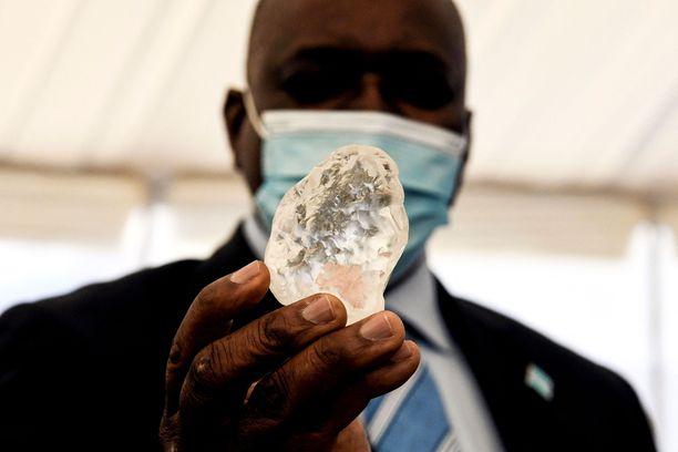 Botswanan presidentti Mokgweetsi Masisi pitää käsissään kesäkuun alussa löydettyä jalokiveä.