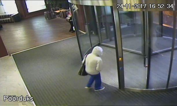 Ari Saarilammi kuvattu poistumassa hotellinsa ovesta luultavasti viimeistä kertaa 24. marraskuuta, kello 16.52.