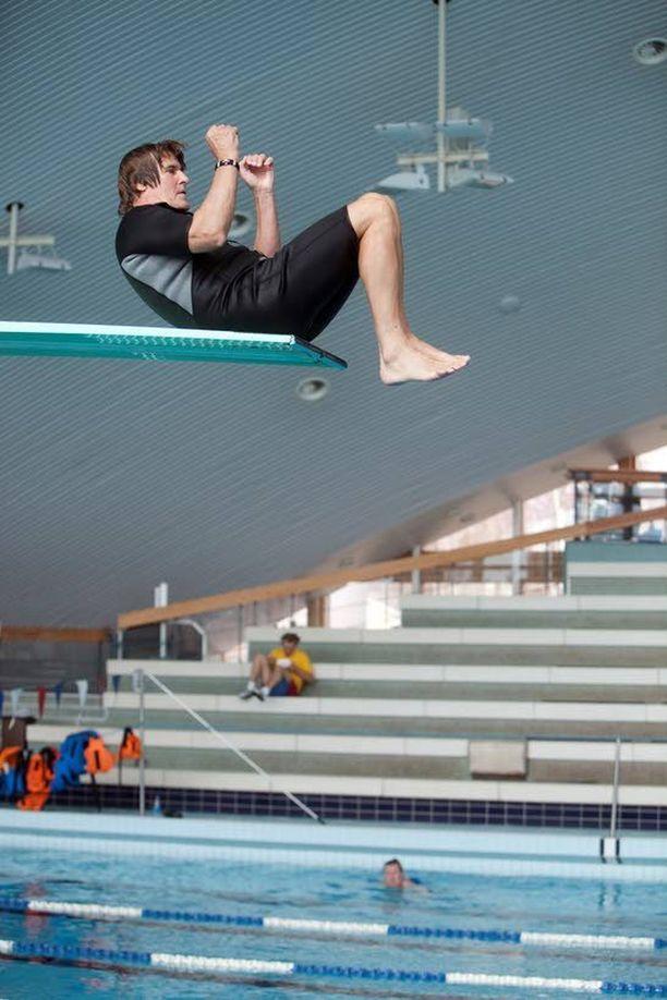 Reetu ei ole koskaan vieratsanut haasteita. Mies osallistui Splash-uimahyppykilpailuun.