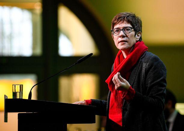 Annegret Kramp-Karrenbauer eli lyhyemmin AKK on ennakkosuosikki puolueen johtoon.