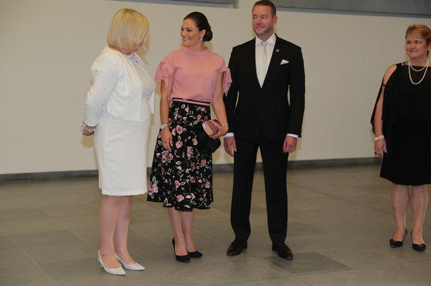 Iloisesti hymyilleen Victorian vierellä Kulturfondenin puheenjohtaja Stefan Wallin.