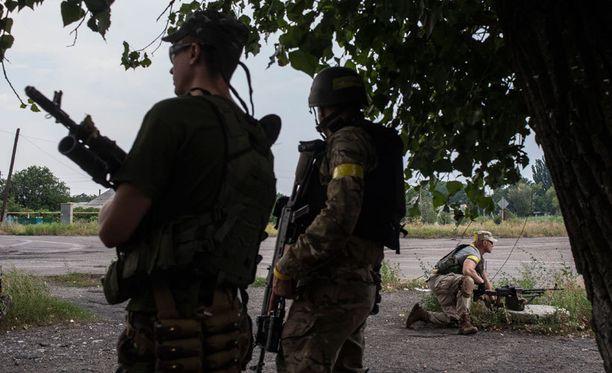 Venäjän pelätään yrittävän käyttää humanitaarista apua peitetarinana operaatiolle Itä-Ukrainassa. Ukrainan sotilaat partioivat tarkastuspisteellä Donetskissa.