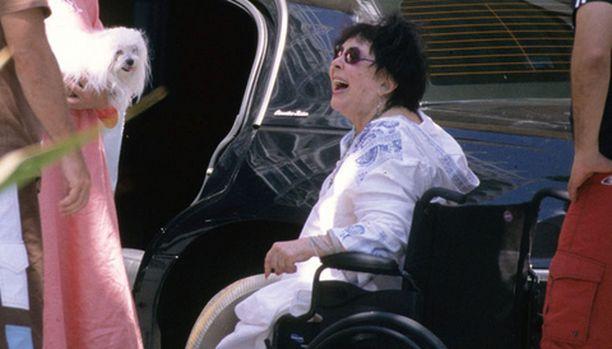 Elizabeth Taylor oli silminnähden hyvällä tuulella lähtiessään veneretkelle Havaijin lomallaan.